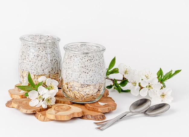 Budyń z nasion chia z jogurtem i owsem ozdobiony kwiatami. koncepcja superfood. skopiuj miejsce