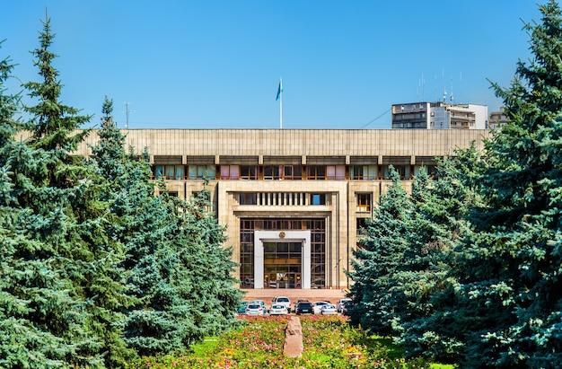Budynek administracyjny w centrum miasta ałmaty w kazachstanie