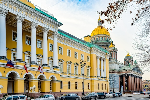 Budynek admiralicji w pobliżu placu senackiego. sankt petersburg. rosja.