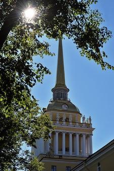 Budynek admiralicji ze złotą iglicą w sankt petersburgu