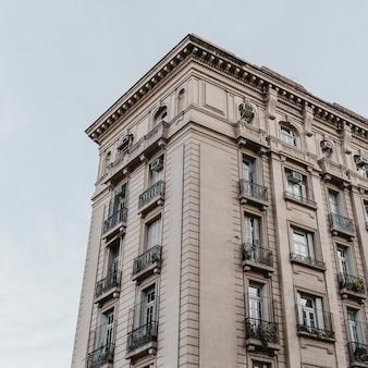 Budynek betonowy w mieście