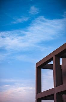 Budynek betonowy z filarami