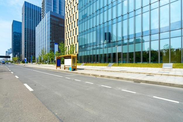 Budynek biurowy przy autostradzie i centrum finansowym w ningbo w chinach