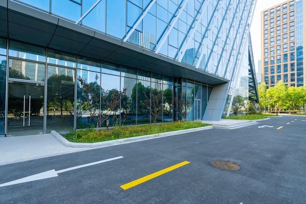 Budynek biurowy przy autostradzie i centrum finansowym
