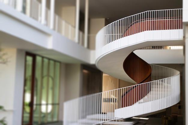 Budynek biurowy schody białe krzywa
