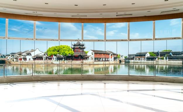 Budynek biurowy szkła i panoramę miasta