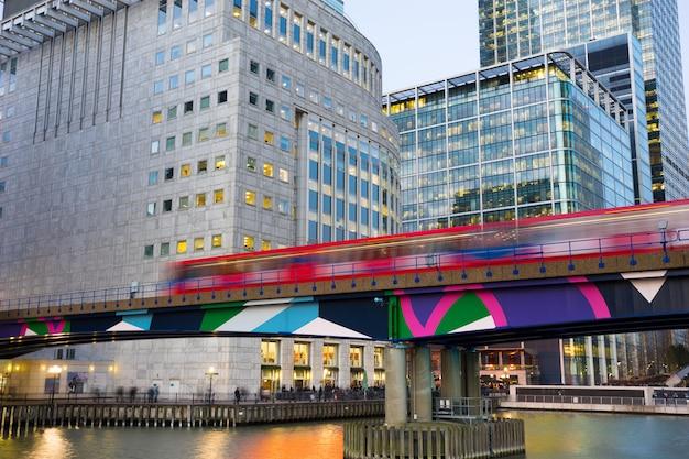 Budynek biurowy w canary wharf, londyn