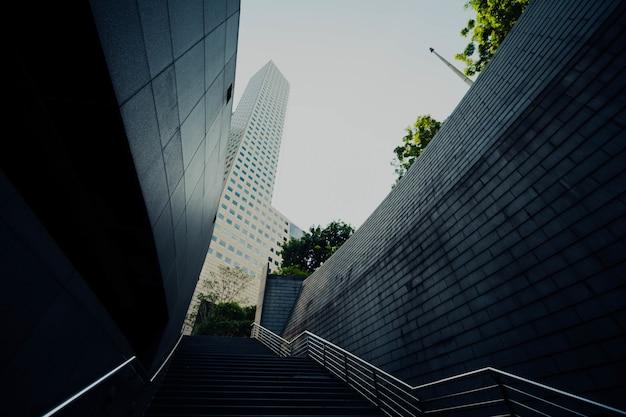 Budynek biurowy ze schodami