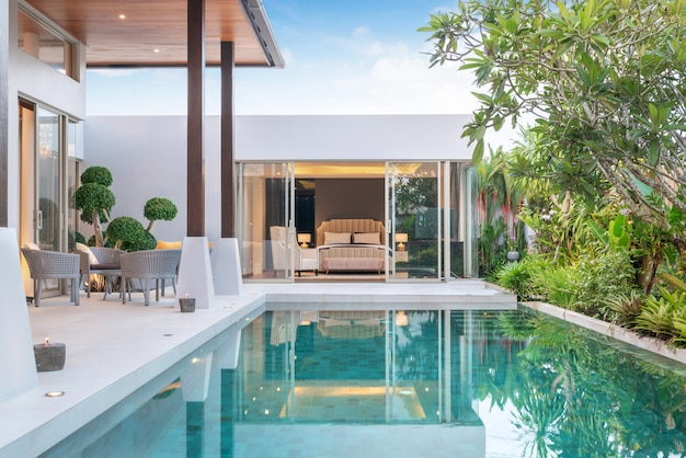 Budynek domu lub domu wygląd zewnętrzny i wnętrza przedstawiający tropikalną willę z basenem z zielonym ogrodem i sypialnią