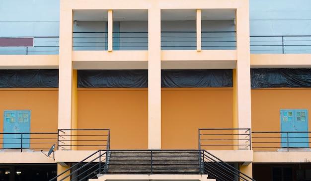 Budynek firmowy nowoczesny z żelaznymi balustradami schodami i drzwiami