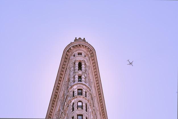Budynek flatiron z fioletowym niebem w nowym jorku