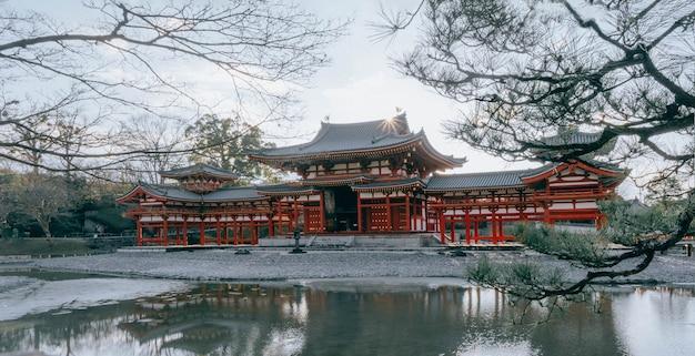 Budynek hali phoenix w świątyni byodoin, słynna świątynia buddyjska w mieście uji, kioto w japonii