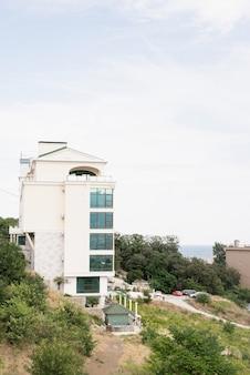 Budynek hotelowy lub apartamentowy nad morzem. piękny letni nadmorski krajobraz