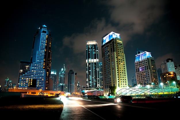 Budynek i droga w świetle nocy w dubaju
