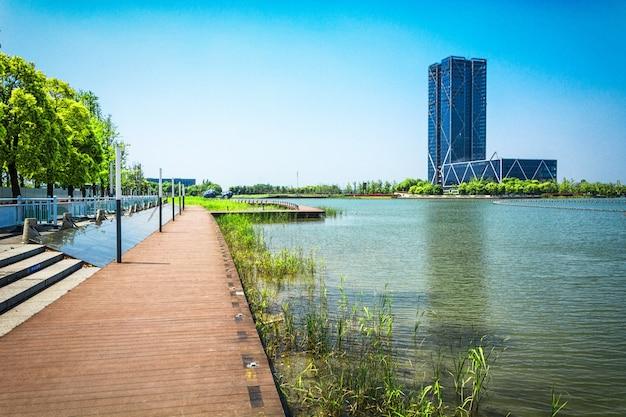 Budynek i jezioro