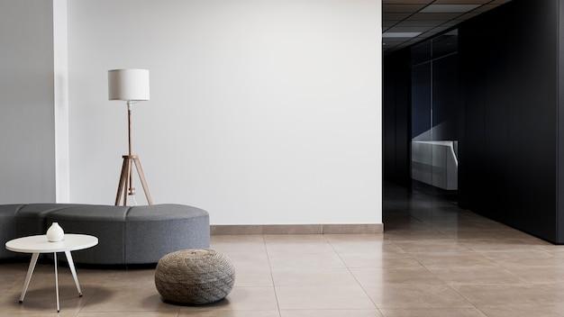Budynek korporacyjny z minimalistycznym pustym pokojem i przestrzenią do kopiowania