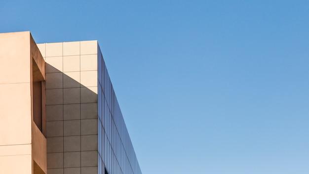 Budynek miasta i niebo