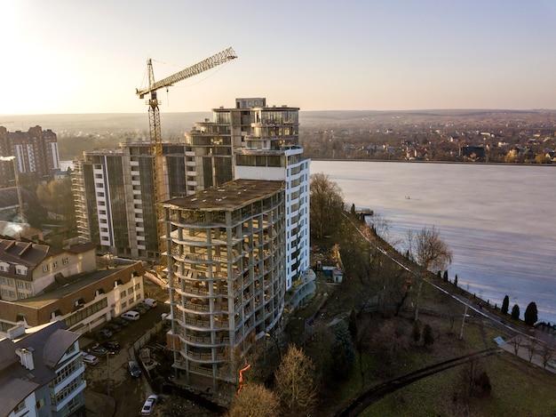 Budynek mieszkalny lub biurowy wysoki budynek w budowie, widok z góry.