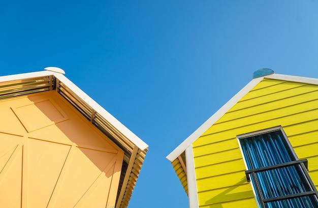 Budynek mieszkalny na poddaszu z tarasem na dachu domu. zielony dach pod bluesky tle.
