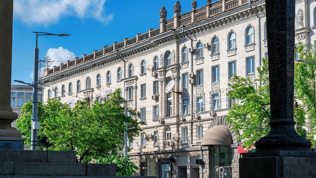 Budynek mieszkalny wykonany w stylu stalinowskiego imperium