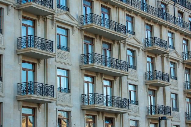 Budynek mieszkalny z oknami i balkonami
