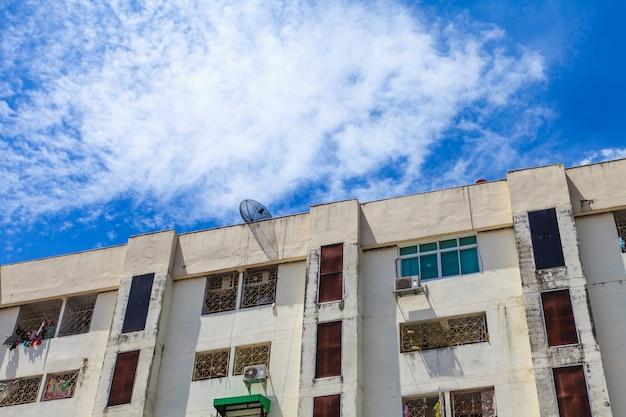Budynek mieszkaniowy i niebieskie niebo