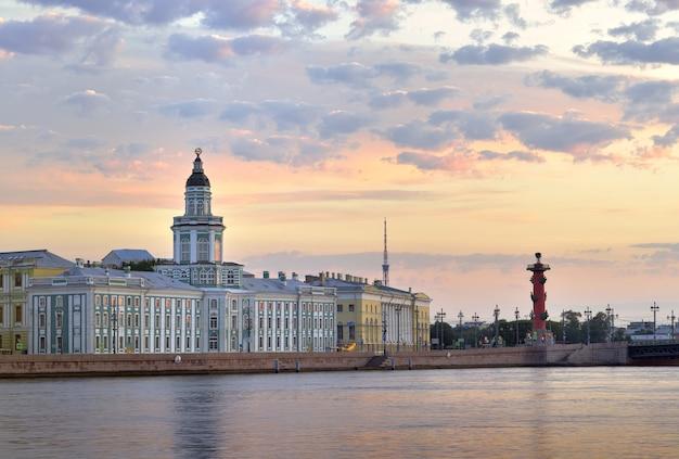 Budynek muzeum kunstkamera na nabrzeżu uniwersyteckim o świcie