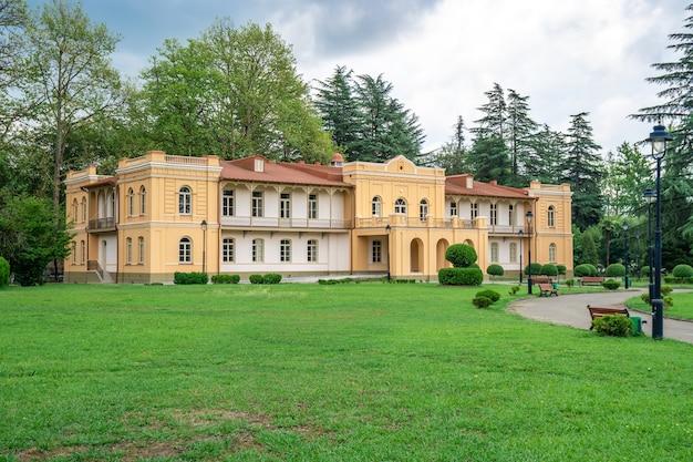 Budynek muzeum obok pałacu dadiani w parku w zugdidi. podróżować.