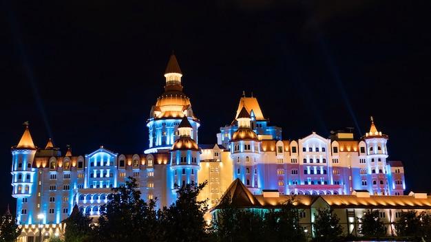 Budynek Oświetlony W Nocy W Parku Olimpijskim, Soczi, Rosja. Premium Zdjęcia