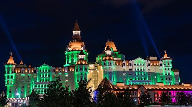 Budynek oświetlony w nocy w parku olimpijskim, soczi, rosja.