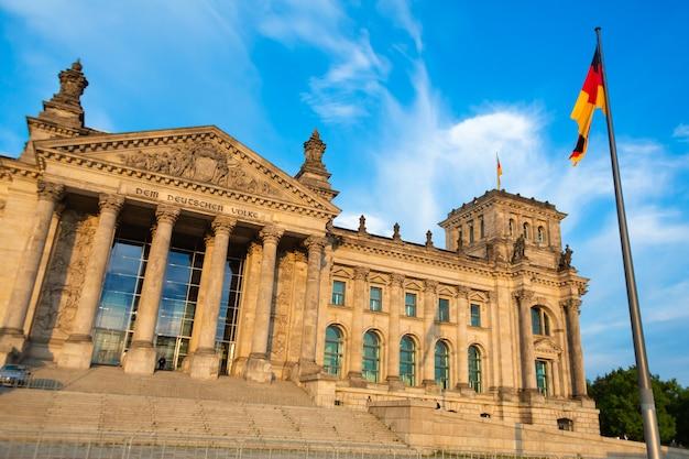 Budynek parlamentu berlińskiego reichstagu w jasny, słoneczny dzień. berlin, niemcy - 17.05.2019
