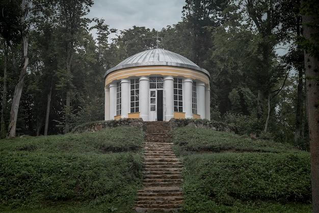 Budynek sakralny rotunda do modlitwy z kolumnami i kamiennymi schodami aż do koncepcji boga