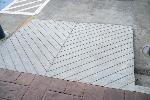 Budynek ścieżka wjazdowa z rampą dla osób starszych lub niesamodzielnych osób niepełnosprawnych na wózku inwalidzkim.