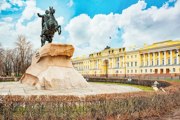 Budynek senatu i pomnik piotra i (wielkiego). sankt petersburg. rosja.