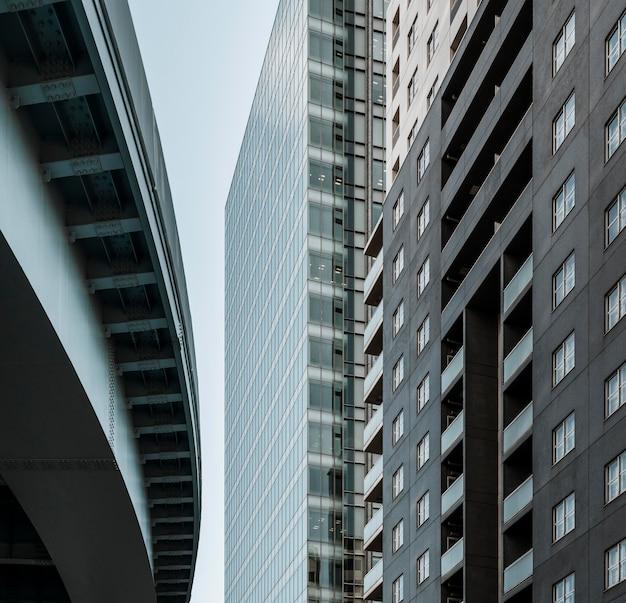 Budynek siedziby firmy ze szklaną fasadą