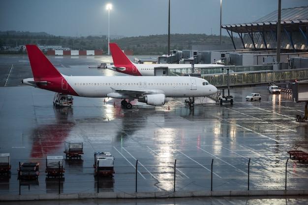 Budynek terminalu lotniska z samolotami