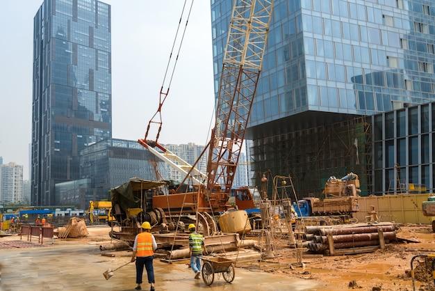 Budynek w budowie z pracownikami
