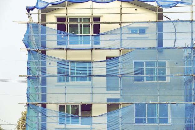 Budynek w budowie z rusztowaniami