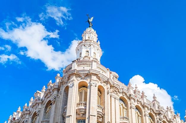 Budynek wielkiego teatru w hawanie. to stała siedziba kubańskiego baletu narodowego. detal budowy części