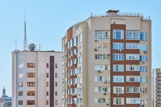 Budynek wielopiętrowy z antenami