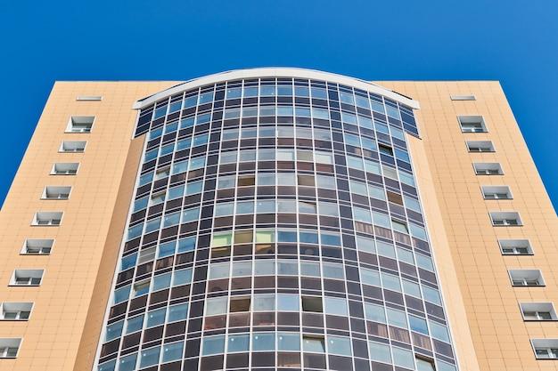 Budynek wielopiętrowy z oknami