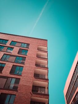 Budynek z brązowego betonu z balkonami