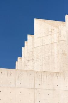 Budynek z cegły i błękitne niebo