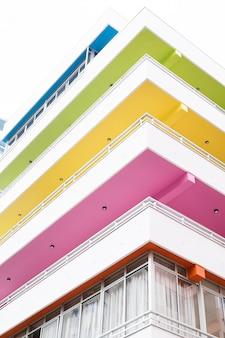 Budynek z dachem w różnych kolorach