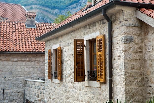 Budynek z pomarańczowymi glinianymi kafelkami i otwartymi oknami