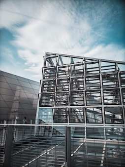 Budynek z szarego betonu z wieloma oknami