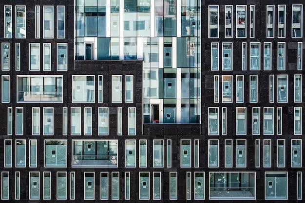 Budynek z wieloma przeszklonymi oknami, brązowy budynek ze szklanymi oknami