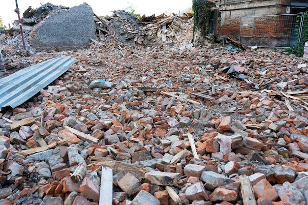 Budynek zdemontowany. góra cegieł. zniszczenie budynków.