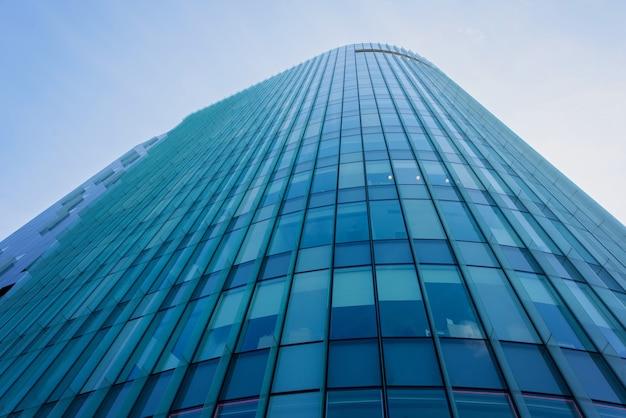Budynek ze szklanymi ścianami