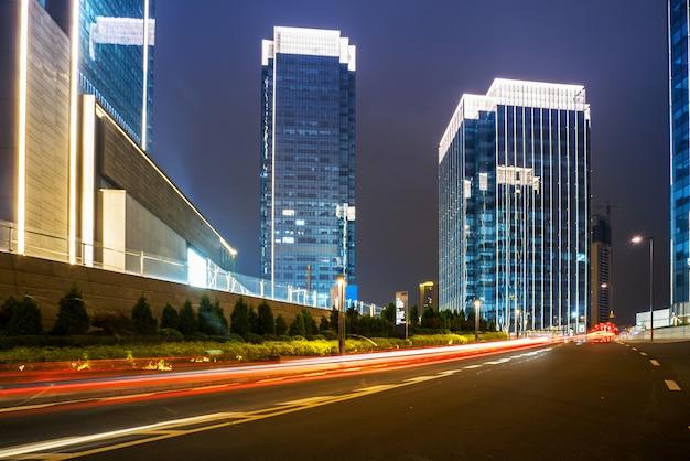 Budynki biurowe i autostrady w nocy w centrum finansowym, chongqing, chiny